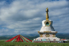 Stupa y banderas del rezo Imágenes de archivo libres de regalías