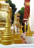 Stupa y estatua de oro en un templo budista Imagen de archivo libre de regalías