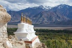 Stupa y montañas budistas de Himalaya en Ladakh, la India Fotografía de archivo libre de regalías