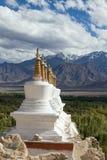 Stupa y montañas budistas de Himalaya en Ladakh, la India Imágenes de archivo libres de regalías