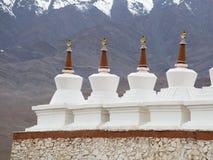Stupa y montañas budistas de Himalaya Palacio de Shey en Ladakh, la India Foto de archivo