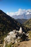 Stupa y montañas en el fondo Fotos de archivo libres de regalías
