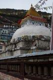 Stupa y ruedas de rezo Fotografía de archivo libre de regalías