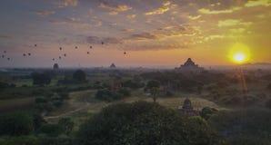 Stupa y templos de Bagan en la salida del sol con los baloons del aire imagen de archivo