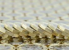 Stupad bunt av nya pundmynt från UK Arkivbild