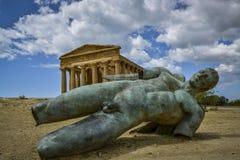Stupad ikaro framme av den concorde templet Sicilien Fotografering för Bildbyråer