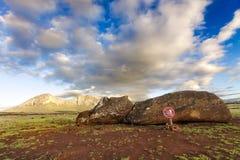 Stupade Moai som framme ligger av berg Royaltyfria Bilder