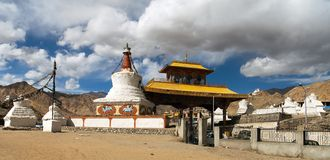 Stupas和友谊门在Leh 免版税图库摄影