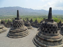 Stupas ναών που αγνοούν τη ζούγκλα στοκ φωτογραφία