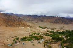 Stupas вокруг дворца Shey, Ladakh, Джамму и Кашмир, Индии стоковые изображения