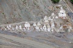 Stupas около монастыря Lamayuru, Ladakh, Индии Стоковое фото RF