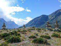 Stupas около Ngawal, Непала Стоковые Изображения RF
