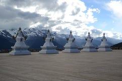 Stupas перед священной буддийской горой Meili Стоковые Изображения RF