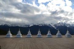 Stupas перед священной буддийской горой Meili Стоковое Изображение