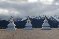 Stupas перед священной буддийской горой Meili Стоковые Фотографии RF