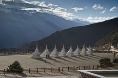 Stupas перед священной буддийской горой Meili Стоковые Изображения