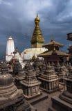 Stupas сотен и stupa Swayambhunath, Катманду, Непал стоковые фотографии rf