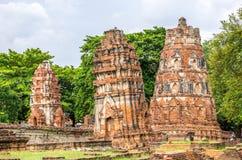Stupas arruinados en Wat Mahathat, un templo arruinado en Ayuthaya, tailandés Fotografía de archivo libre de regalías