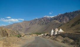 Stupas bianchi sul modo al monastero di Alchi in Ladakh, India Fotografie Stock Libere da Diritti