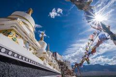 Stupas bij Thikse-klooster bovenop een heuvel in Thiksey-het dorpsoosten wordt gevestigd van Leh in Ladakh, India dat stock afbeeldingen