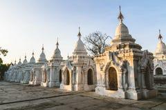 Stupas blancos en la pagoda de Kuthodaw en Mandalay, Myanmar Foto de archivo libre de regalías