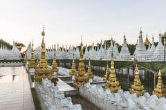 Stupas blancos en la pagoda de Kuthodaw en Mandalay, Myanmar Imagenes de archivo