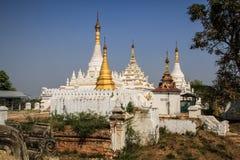 Stupas blancos, monasterio de Maha Aung Mye Bonzan, ciudades antiguas, Inwa, región de Mandalay, Myanmar Fotos de archivo libres de regalías
