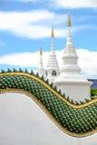 Stupas blancs dans le temple thaïlandais Photos libres de droits