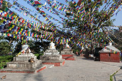Stupas budistas blancos bajo porciones de budista Fotografía de archivo