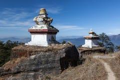 Stupas budistas en pueblo remoto en Himalaya foto de archivo