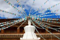 Stupas con la bandierina del Tibet in un tempiale Immagine Stock