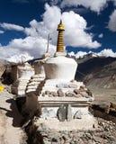 Stupas con las nubes hermosas en el gompa de Karsha fotografía de archivo