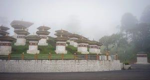 Stupas conmemorativos de los chortens en el Dochula, Bhután Fotos de archivo