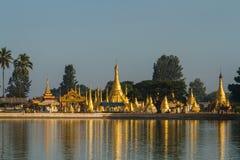 Stupas d'or sur le lac Pone Taloke Images libres de droits