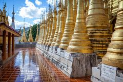 Stupas de oro en la pagoda de Shwe Indein en el pueblo de Indein, cerca de Ywama, lago Inle, Myanmar foto de archivo libre de regalías