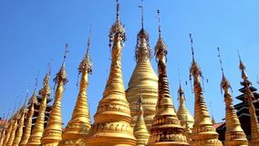 Stupas de oro en Taunggyi, Myanmar almacen de video