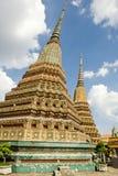 Stupas de oro en templo budista Fotos de archivo libres de regalías