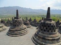 Stupas de temple donnant sur la jungle Photographie stock