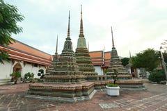 Stupas dorato in tempio di Wat Phra Chetuphon Vimolmangklararm Rajwaramahaviharn (localmente conosciuto come Wat Pho Buddhist Tem Immagini Stock Libere da Diritti