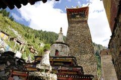 Stupas dos pagodes e do Maitreya no monastério Fotos de Stock Royalty Free