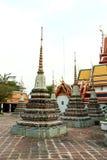 Stupas dourado em Wat Pho Buddhist Temple, Banguecoque, Tailândia Fotos de Stock