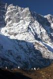 stupas du Népal de montagne rapetissés par falaise bouddhiste Images stock