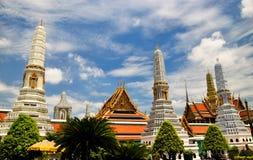 Stupas i den storslagna slotten Thailand Arkivfoto