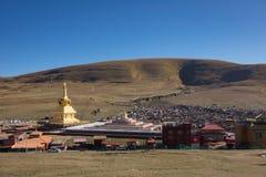 Stupas i tibetana Yarchen Gar Monastery In Sichuan, Kina Royaltyfri Bild