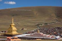 Stupas i tibetana Yarchen Gar Monastery In Sichuan, Kina Royaltyfri Fotografi