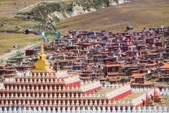 Stupas i tibetana Yarchen Gar Monastery In Sichuan, Kina Arkivfoto