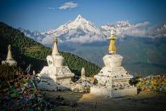 Stupas Infront des heiligen buddhistischen Meili Berges Stockfotografie