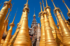 Stupas, lago Inle, Myanmar. Imagens de Stock
