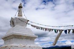 Stupas mit Tibet-Markierungsfahne Stockbild