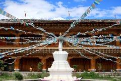Stupas mit Tibet-Markierungsfahne in einem Tempel Lizenzfreie Stockbilder